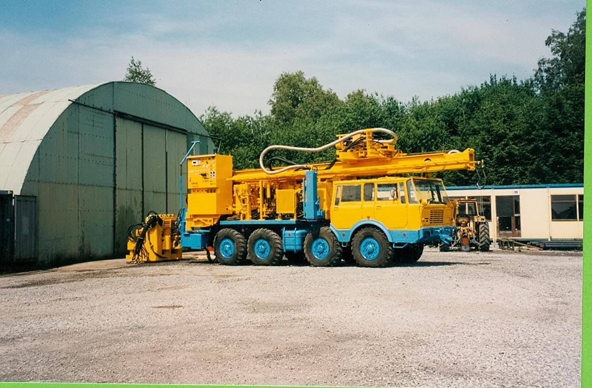 Machine de puits d'eau montée sur porteur Tatra 8x8 pour forer dans des diamètres de 600mm à une profondeur de 300m avec automate et radio-commande