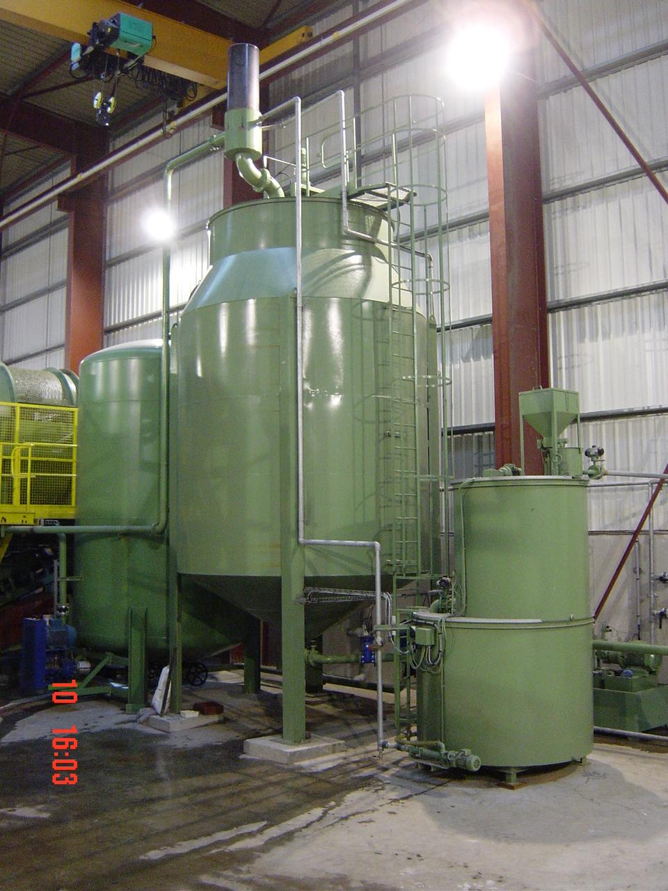 Installation de traitement d'eaux et boues d'une installation de séparation de plastiques, caoutchoucs, aluminium