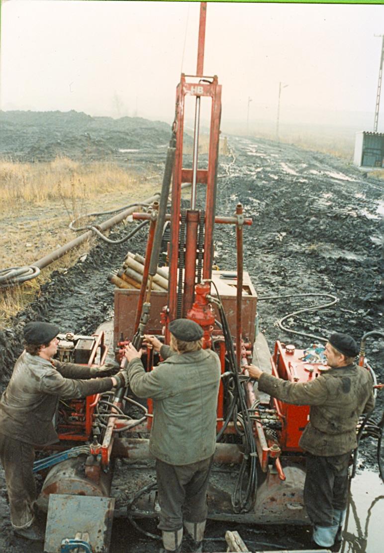 Machine démontable dont les éléments sont portables à bras d'hommes. Peut également carotter au cable.