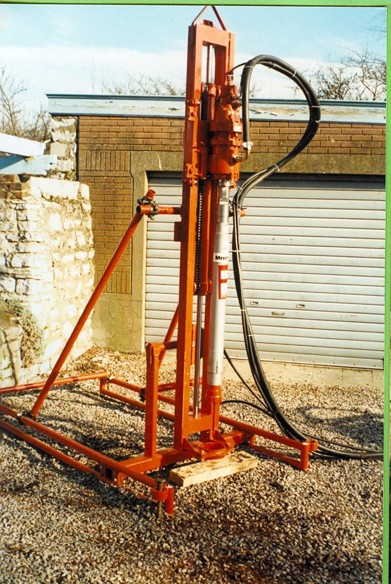 Machine pour forer au marteau fond de trou jusqu'à 6 pouces de diamètre. Force de traction : 2 tonnes