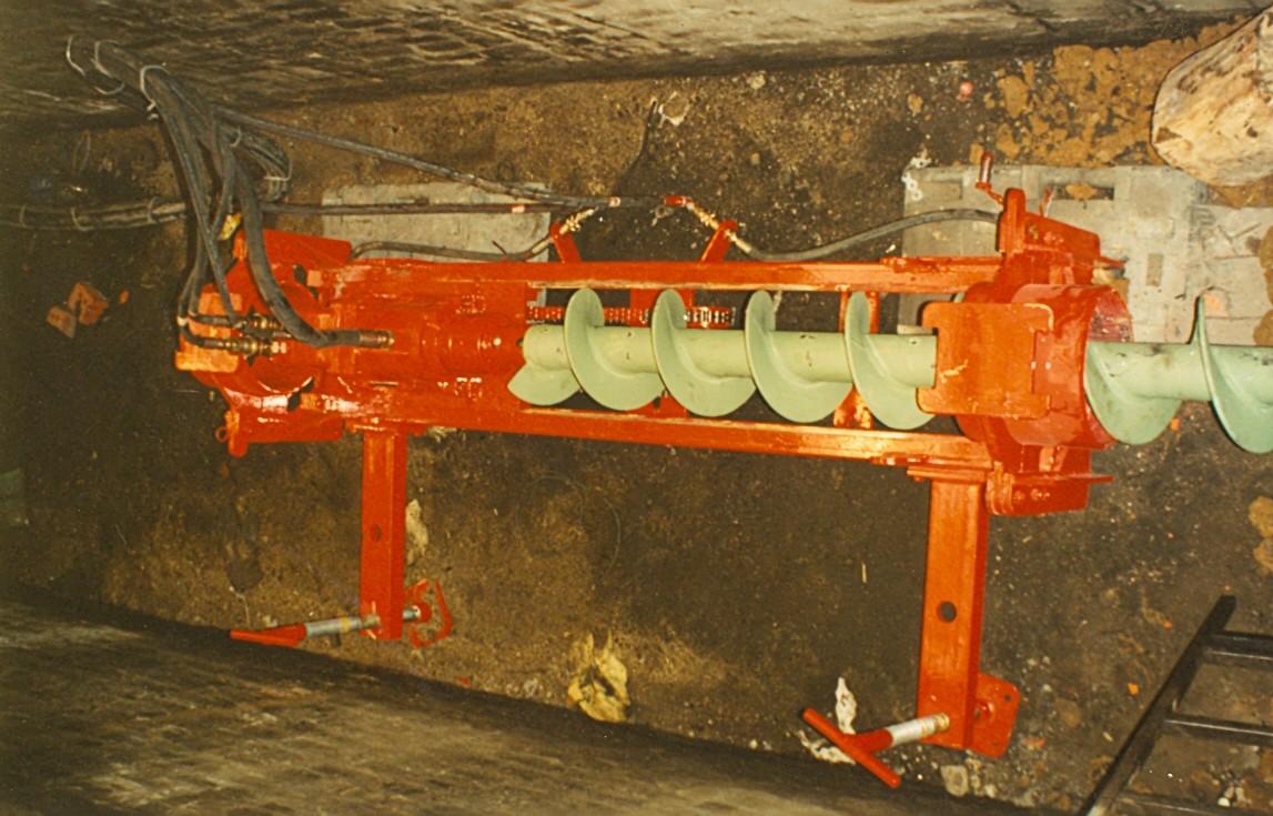 Vue de la machine exécutant un forage dans une fosse
