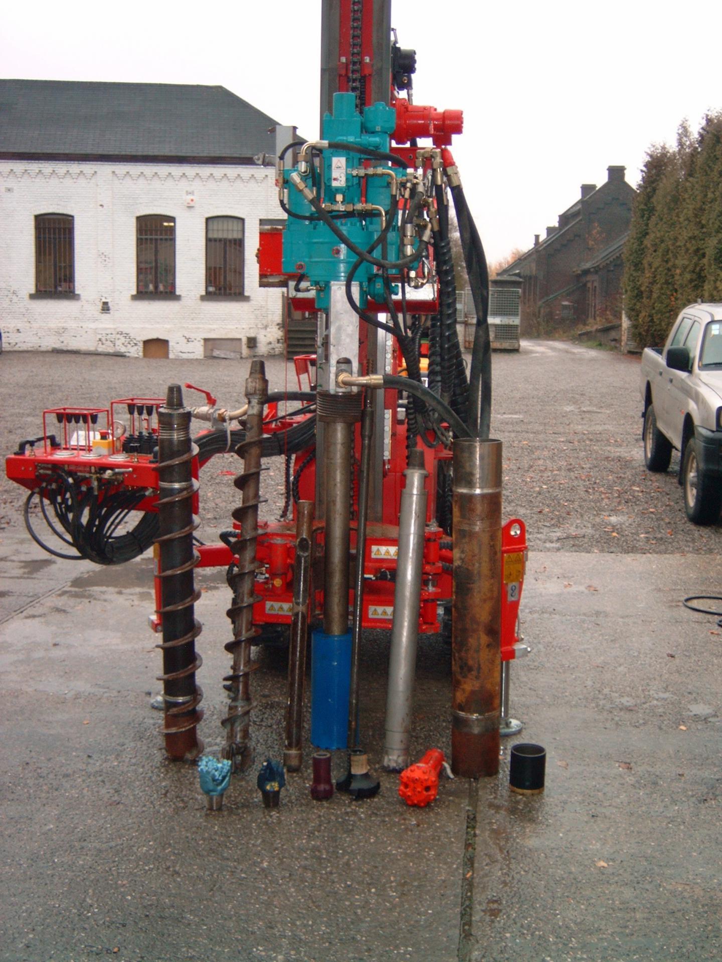 Machine avec tête de rotation combinée à un marteau hors trou pouvant forer avec différents outils : tarrières, marteaux fonds de trou, tubages CFH ou ECS, prélévement d'échantillons non remaniés