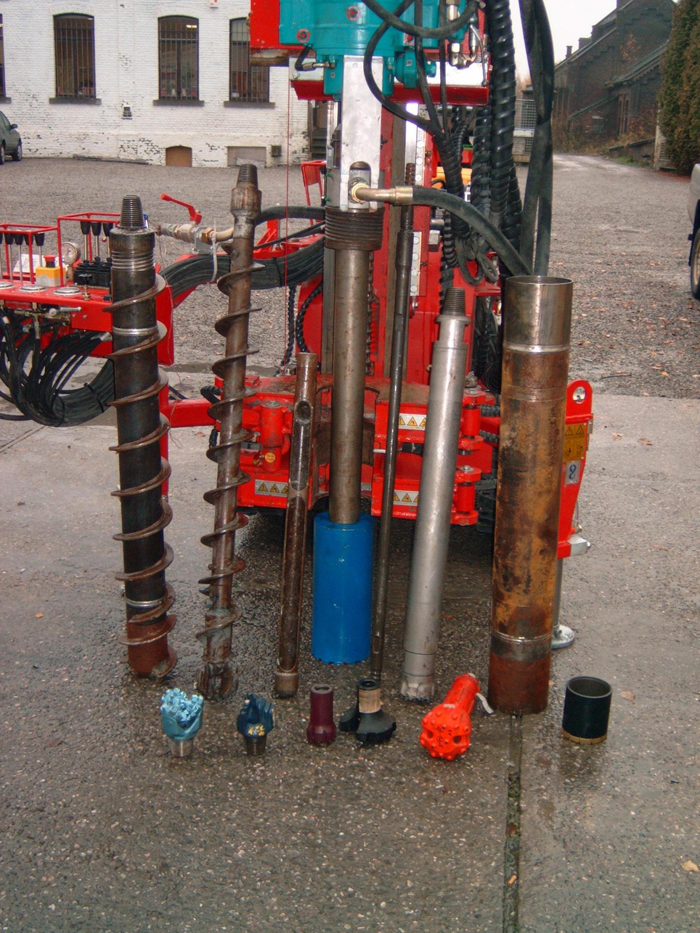 Machine avec tête de rotation combinée à un marteau hors trou pouvant forer avec différents outils : tarrières, marteaux fonds de trou, tubages CFH ou ECS, prélèvement d'échantillons non remaniés