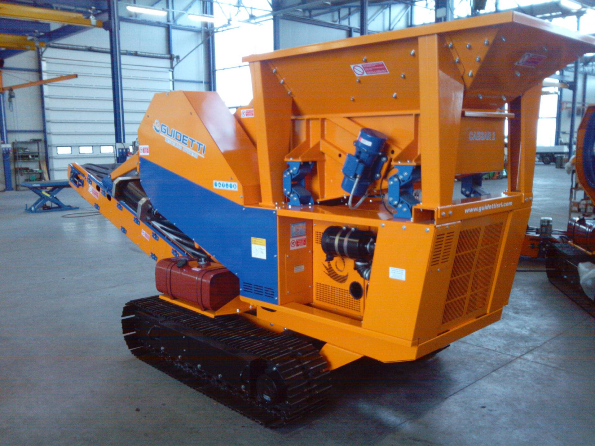 Radio-controlled autonome crawler crusher for demolition, etc.