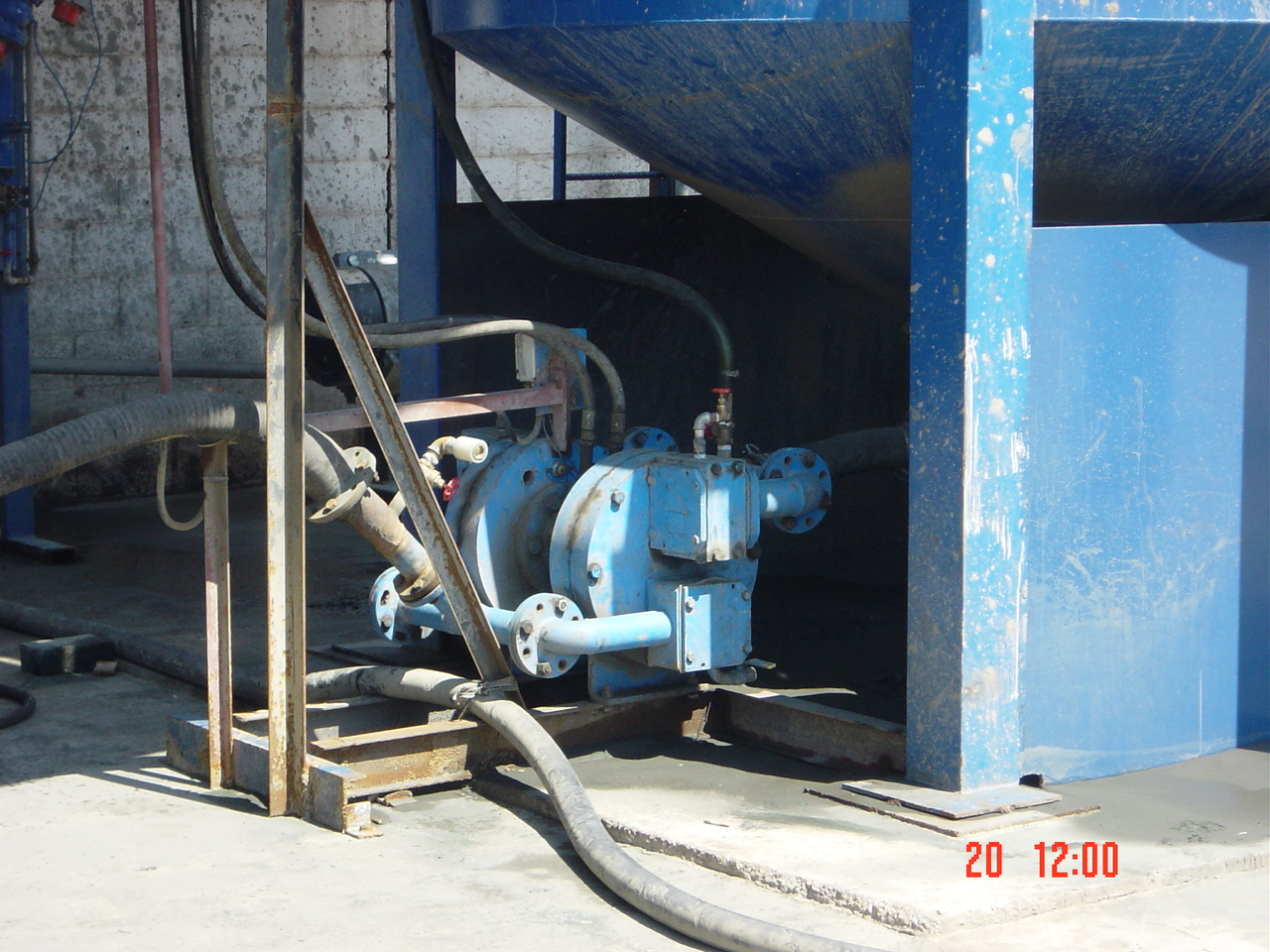 Hydraulic membrane pump for injection in the press filter