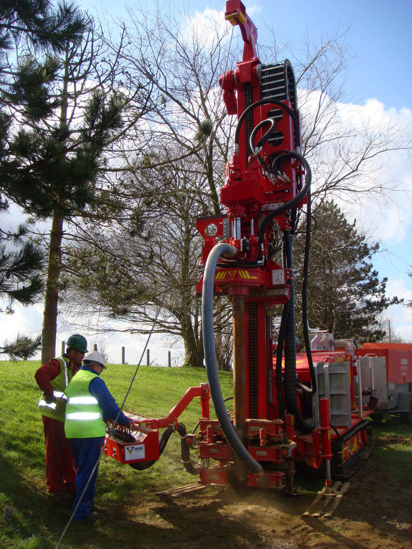 Drilling machine with 2 drill heads. To the right for the tools, left for the casing. With cuttings collector to avoid polluting the surrounding area of the borehole. Vibrating head for sampling of undisturbed samples with gauge