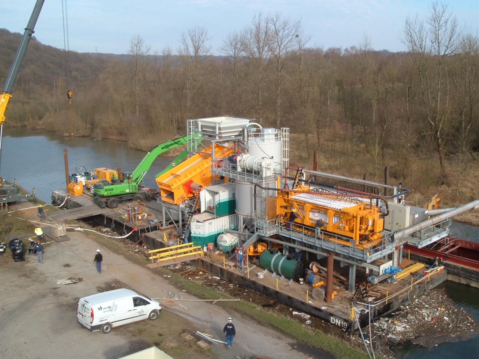 Floating dewatering installation for dredged sludge