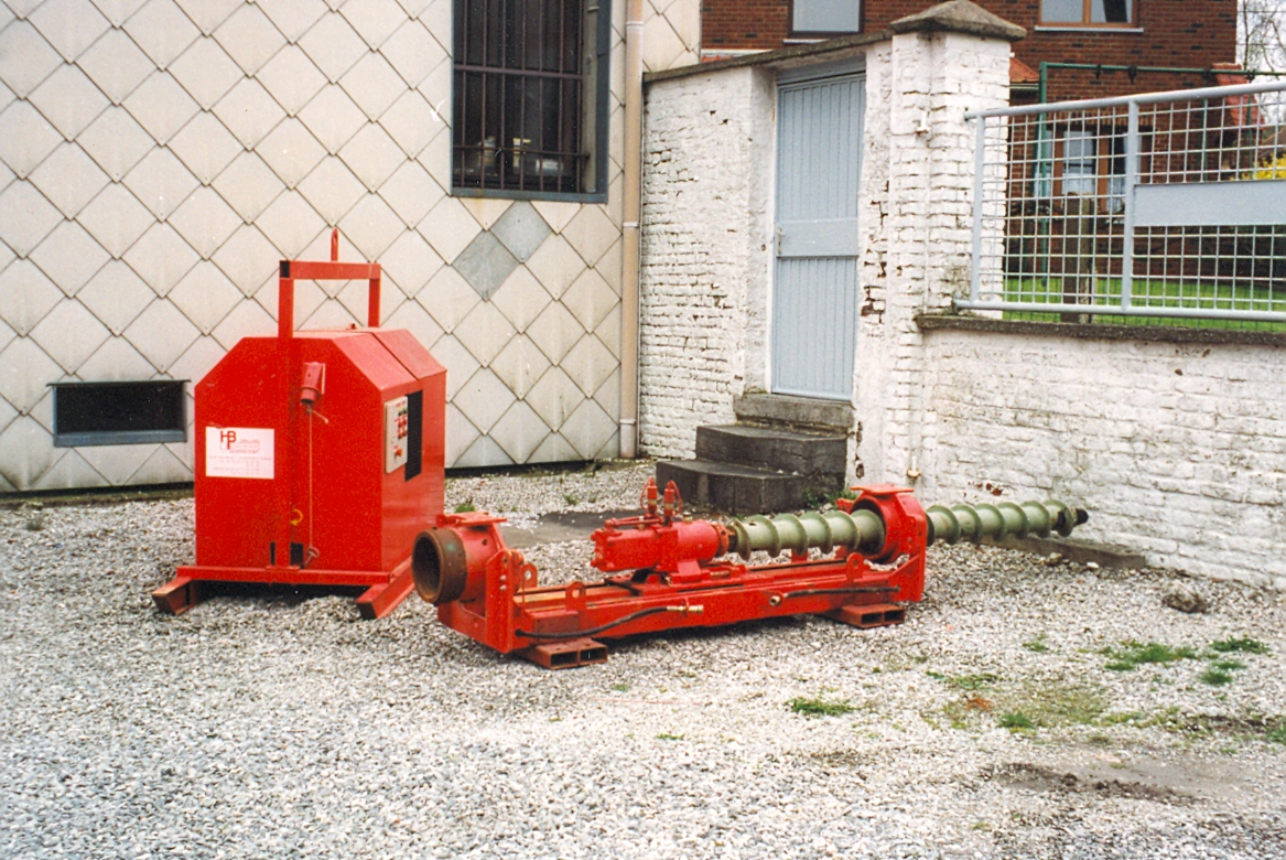 Machine with reversible head for drilling under roads with hydraulic unit