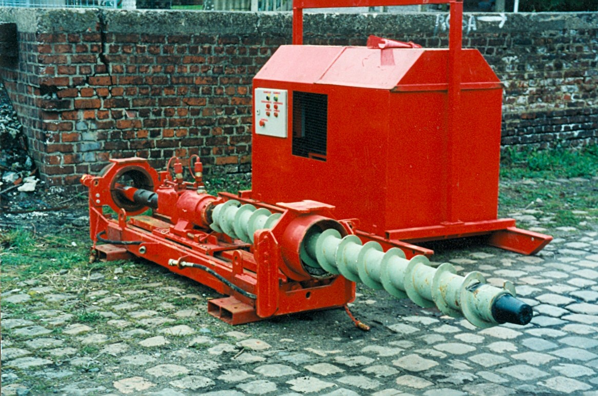 Machine with reversible head for drilling under roads