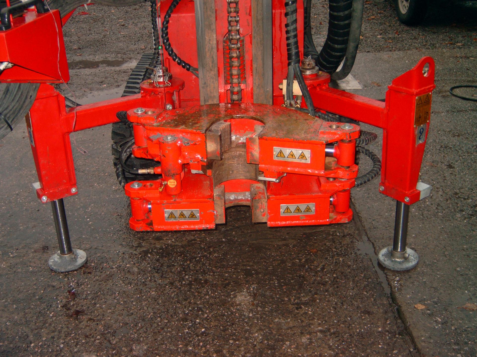 Stabilization jacks and double casing clamp for unscrewing tubes and casings