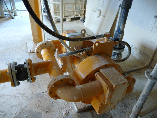 Hydraulic membrane pump for injection in a press filte