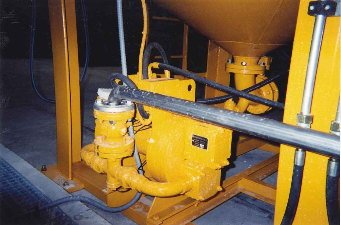 Hydraulic membrane pump for injection into the filter press